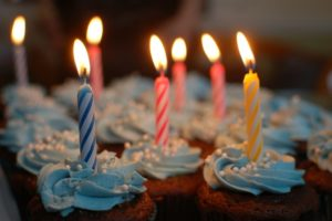 Geburtstagssprüche - Kerzen auf Muffin