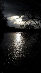Traurige Sprüche zum Nachdenken - See im Dunkeln