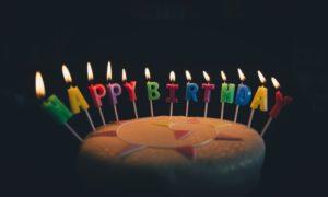 Freche Sprüche zum 18. Geburtstag - Torte mit Kerzen