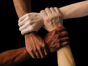 Freundschaftssprüche - 4 Hände halten sich