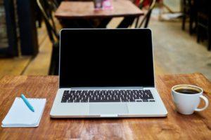 Lustige Guten Morgen Sprüche - Laptop, Block und Kaffee