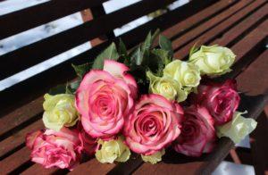 Muttertagssprüche - Blumen auf einer Bank zum Muttertag