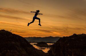 Sprüche, die Mut machen - Frau springt mutig