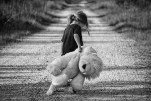 Traurige Sprüche - Kind mit Teddy